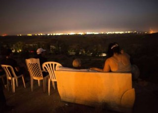 A Classic -- Israelis pull up their chairs and watch the Gaza slaughter