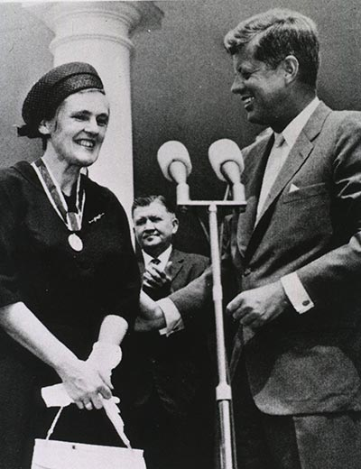 Dr. Frances Kathleen Oldham Kelsey receiving the President's Award for Distinguished Federal Civilian Service from President John F. Kennedy in 1962.