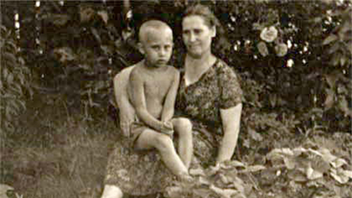 Vladimir Putin with his mother (Image from wikipedia.org)