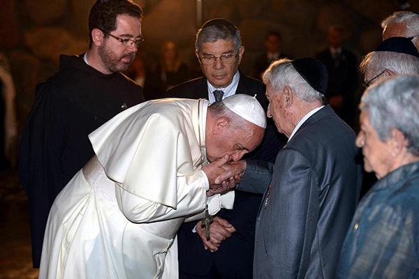 http://static.euronews.com/articles/268392/600x400_2605-pope-francis-jews-kisses-hands-holocaust2.jpg