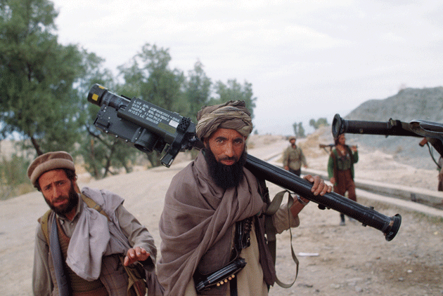 Afghan mujahedeen move toward the front line during the battle for Jalalabad, Afghanistan, March 1989 © Robert Nickelsberg