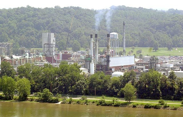 Photo: DuPont Washington Works plant on the Ohio River via Sott.net