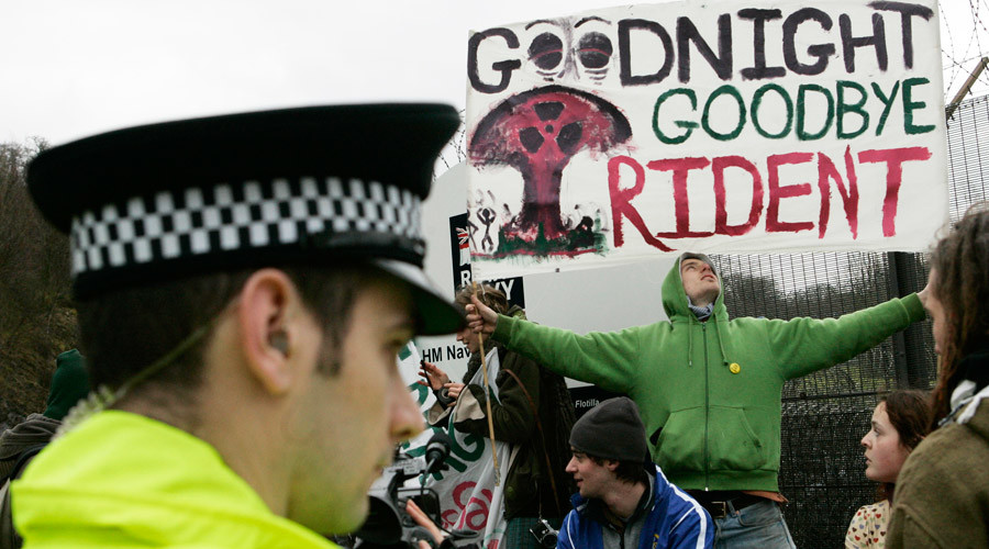 Protesters hold banners up during an anti-Trident missile © David Moir