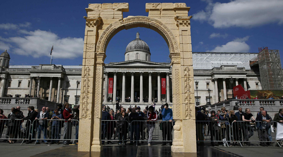 A 5.5-meter (20ft) recreation of the 1,800-year-old Arch of Triumph in Palmyra, Syria, is seen at Trafalgar Square in London, Britain April 19, 2016. © Stefan Wermuth