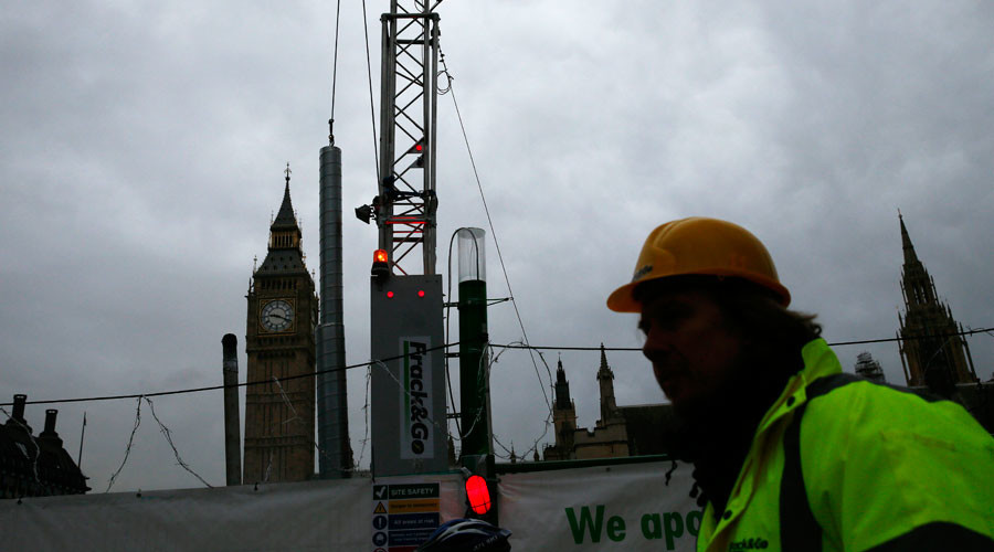A fracking rig stands outside the Houses of Parliament during an anti-fracking protest by Greenpeace activists in London, Britain February 9, 2016. © Stefan Wermuth
