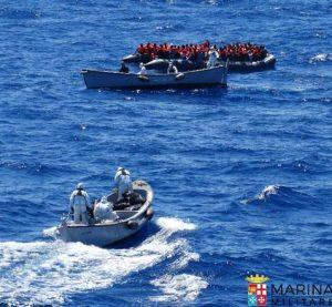 Una foto dal profilo twitter della Marina Militare, riguardante i nuovi soccorsi operati da nave Aliseo nell'ambito dell'operazione MareSicuro, 23 giugno 2016. Soccorsi 2 gommoni con 264 migranti a bordo. TWITTER +++ATTENZIONE LA FOTO NON PUO? ESSERE PUBBLICATA O RIPRODOTTA SENZA L?AUTORIZZAZIONE DELLA FONTE DI ORIGINE CUI SI RINVIA+++