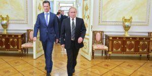 Il presidente russo Vladimir Putin (R) saluta il suo omologo siriano Bashar al-Assad al suo arrivo per un incontro al Cremlino a Mosca il 21 ottobre 2015. Assad, nella sua prima visita all'estero da quando la guerra della Siria è scoppiata, ha detto il suo principale sostenitore e omologo Putin a Mosca che la campagna di Russia in Siria ha aiutato contiene