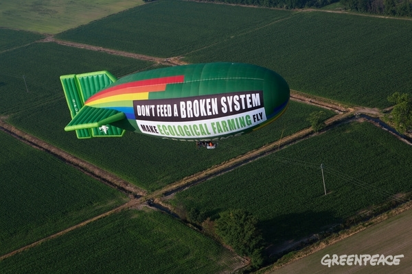 """With a giant Airship flying over Milan, the venue of the 2015 Universal Exhibition on food, Greenpeace displayed a 200m2 banner reading """"Don't feed a broken system, make Ecological Farming fly"""", to call for a change in our food and farming system. The current industrial agricultural system, characterized by large scale monocultures, relying on chemical pesticides and fossil fuels, impacting our natural resources, water and soil, is failing. With this activity, Greenpeace urges Agriculture ministers to support and scale up truly sustainable ecological farming solutions. © Francesco Alesi / Greenpeace"""