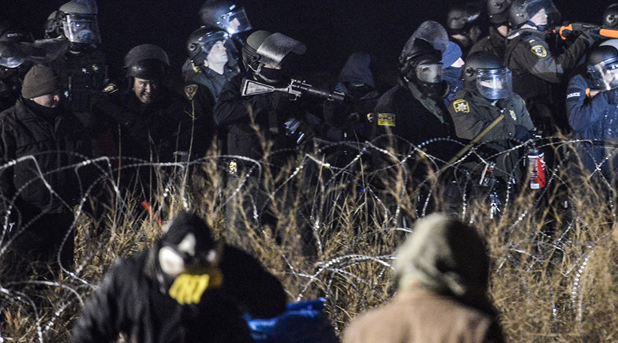 Police confront protesters with a rubber bullet gun during a protest against plans to pass the Dakota Access pipeline near the Standing Rock Indian Reservation, near Cannon Ball, North Dakota, U.S. November 20, 2016 © Stephanie Keith