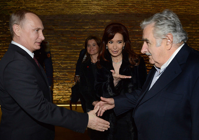Argentina's President Cristina Fernandez de Kirchner introduces her Russian counterpart Vladimir Putin (L) to Uruguay's President Jose Mujica (R) before a banquet hosted by the Argentine government in Putin's honour at the Casa Rosada presidential palace in Buenos Aires July 12, 2014.(Reuters / Argentine Presidency)