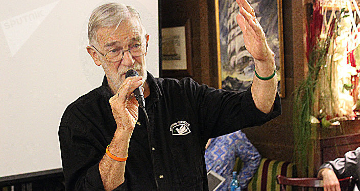 Ray McGovern speaking at an event in Berlin