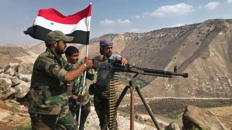 Advancing Syrian troops hoist the national flag. © Mikhail Alaeddin